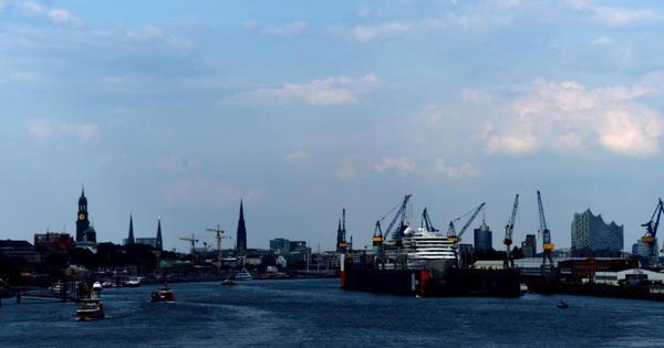 1. Erst einmal in Hamburg auf´s Schiff, dann sail-away und am Folgetag Ruhe: Seetag