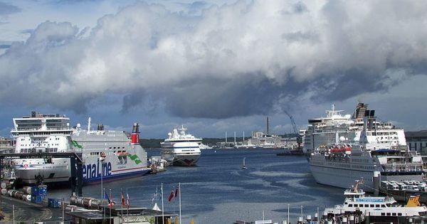 Logbuch IX: Unterwegs in Kiel ☼ Rautenförmige Gebäude, ein blaues Band, das mit Füßen getreten wird, rauchende Möwen und ein Hafen ohne Boote ☼