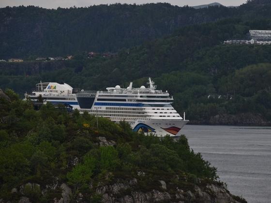 AIDAluna bei der Ausfahrt in Bergen