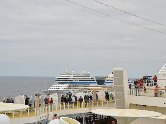 AIDAsol auf der Nordsee von der AIDAbella aus aufgenommen