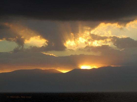 Imposanter Sonnenaufgang auf dem Weg nach Korfu