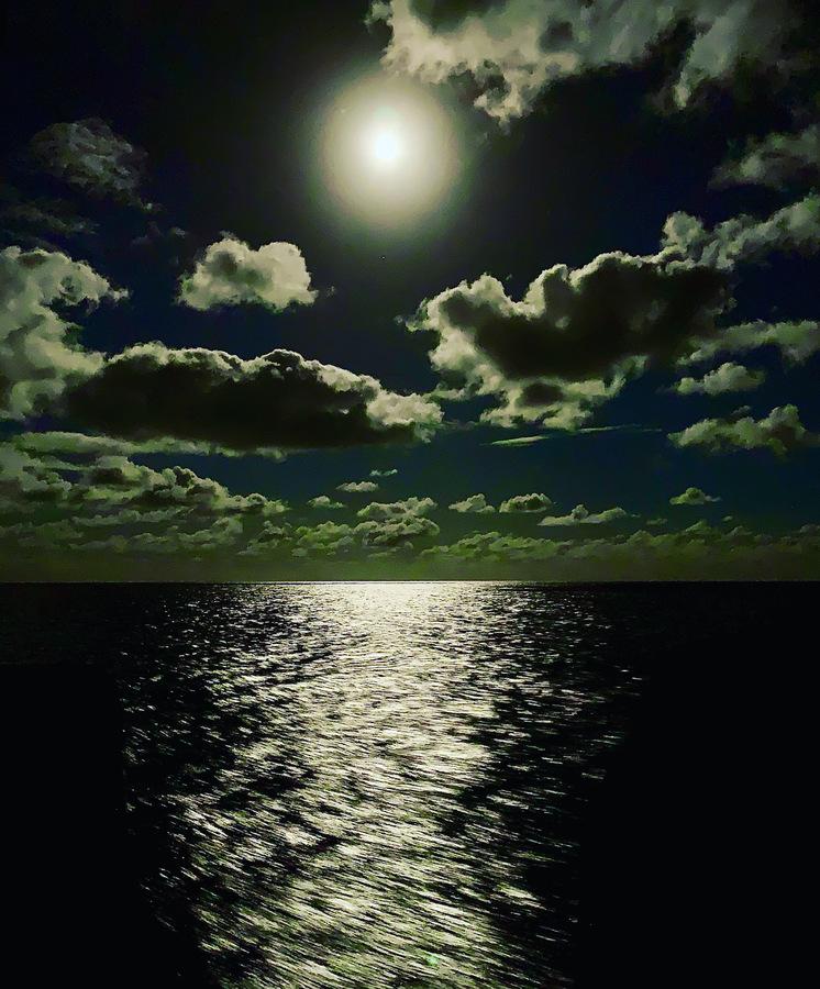 Vollmond über dem Ozean