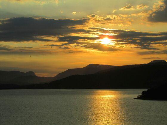 Wenn es Abend wird in den Fjorden Norwegens ...