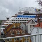 Die AIDAluna klemmt sich in Stavanger zwischen die Häuser