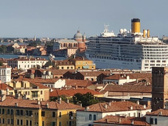 Auslaufen der Costa in Venedig