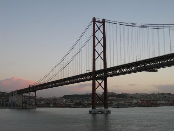 """Lissabon Impressions - Die """"Ponte 25 de Abril"""" zu Sonnenaufgang"""