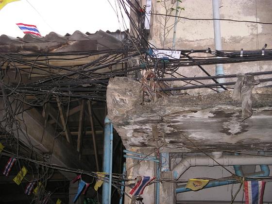 Abenteuerliche Elektroinstallationen in Bangkok