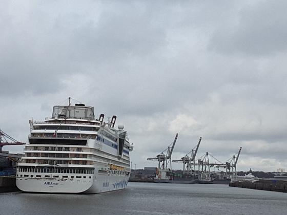 Die AIDA Mar und die Aura in Hamburg