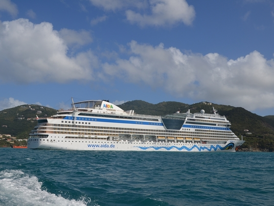 AIDAmar liegt auf Reede vor Road Town auf Tortola da beide Plätze an der Pier bereits belegt waren. Es wurde dann an Land getendert.