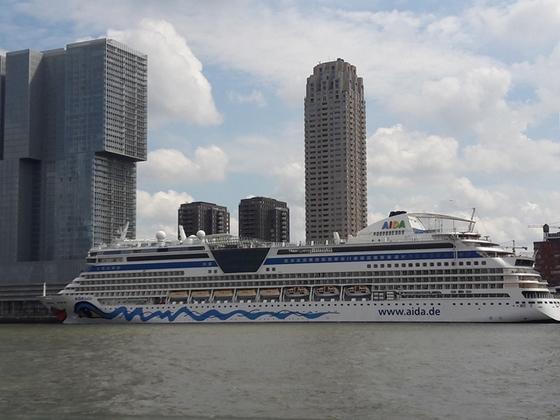 AIDAbella vor dem Cruisterminal Rotterdam