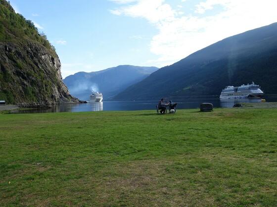 Zwei Kreuzfahrer beglücken den Aurlandsfjord bei Flåm mit ihrem Dieselruss