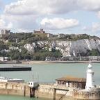 Die weißen Felsen von Dover mit Dover Castle