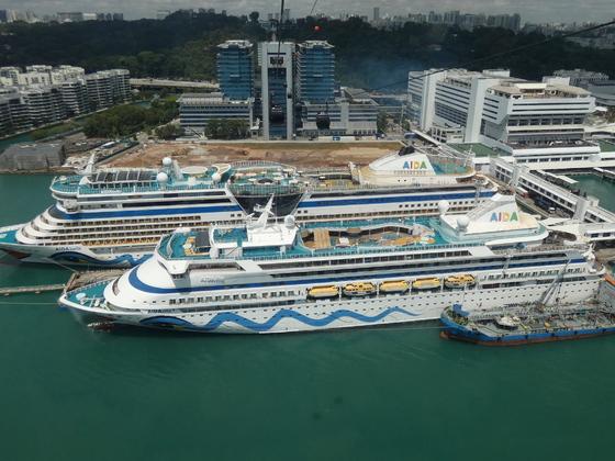 AIDAvita und AIDAbella im Hafen von Singapur, aufgenommen aus der Seilbahn