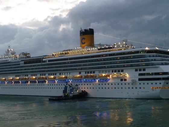 Costa Serena im Hafen von Neapel