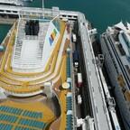 Treffen von AIDAbella und AIDAvita im Hafen von Singapur