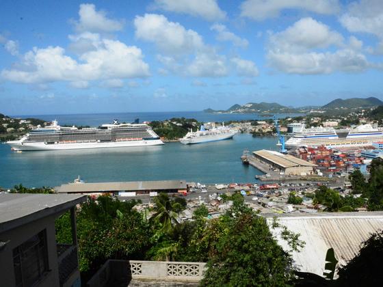 AIDAdiva im Hafen von Castries /St. Lucia