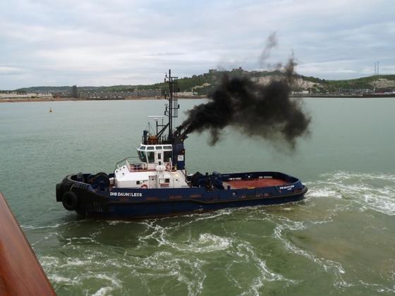 Bugsierer seitlich der AIDAmar im Hafen von Dover