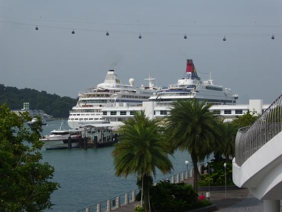 Die AIDAaura in Singapur