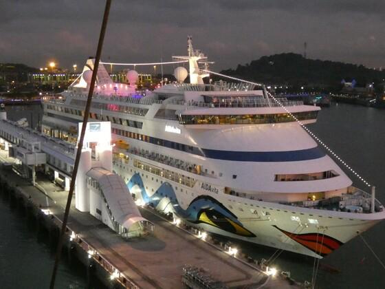 AIDAvita im Hafen von Singapur