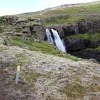 Wegmarkierung und Wasserfall
