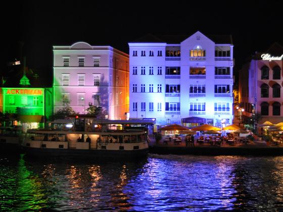 Skyline von Willemstad bei Nacht, Curaçao