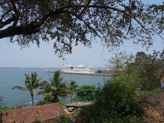 """AIDAsol im """"Hafen"""" von Mormugao, Goa"""