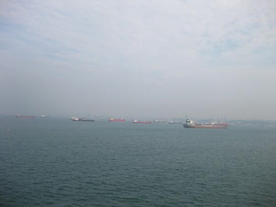 Singapur Impressions - Parksituation der Containerschiffe so weit das Auge reicht