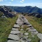 Typisch norwegischer Wanderweg ;-) nahe Blåmanen, Blick auf Ulriken bei Bergen