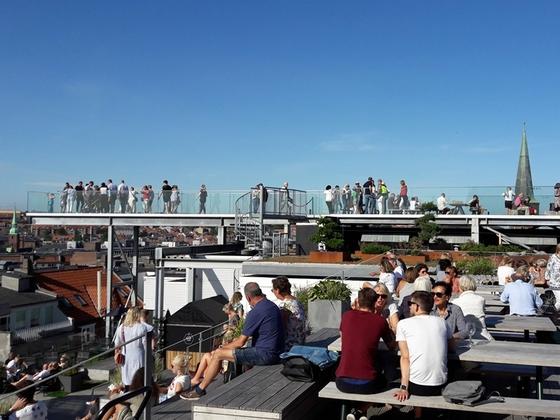Über den Dächern von Aarhus auf der Glasbodenplattform