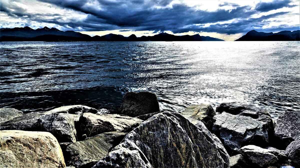 2017-08-14_10 schwarze Wolken über dem Moldefjord