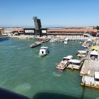 Venedig. AIDAblu im Kreuzfahrthafen. Heckaussicht.
