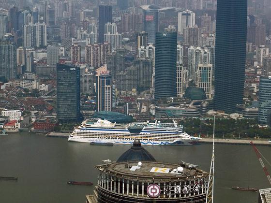 die AIDAbella vor der Skyline von Shanghai