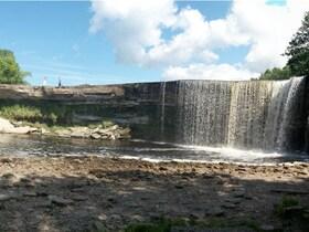 Der Jägala-Wasserfall östlich von Tallinn (estnisch Jägala juga)