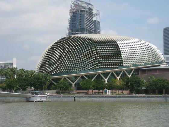 """Singapur Impressions - Ein Gebäude in Form der berühmten """"Stinkefrucht"""""""