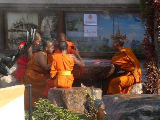Mönche in Wat Saket