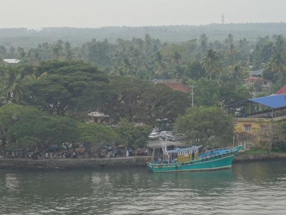 Abschied im Nachmittagsdunst aus Cochin, während des Auslaufens der AIDAsol