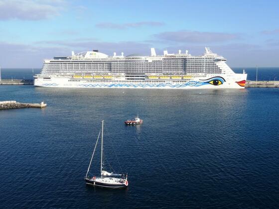 """AIDAnova am 28.12.2018 im Hafen von Arrecife, (Lanzarote), von der """"stella"""" aus gesehen."""