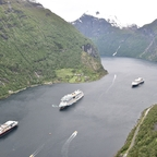 AIDAsol mit 2 anderen Schiffen im Geiragerfjord