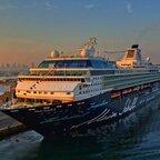 Mein Schiff 2 vor Dubai in der Morgensonne