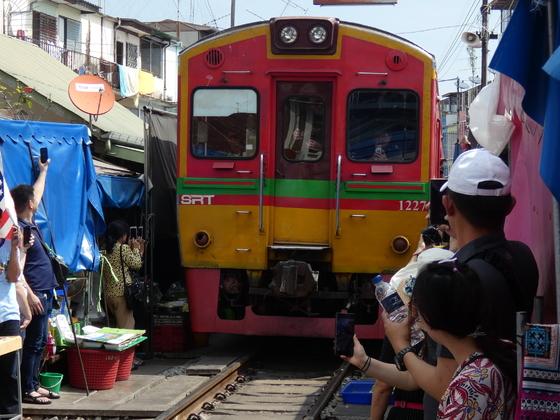 Maeoklong Railway Market - nahe Bangkok
