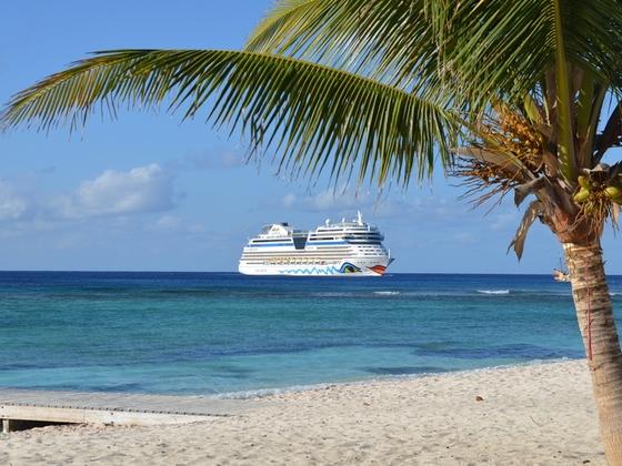 AIDAmar vor Grand Cayman