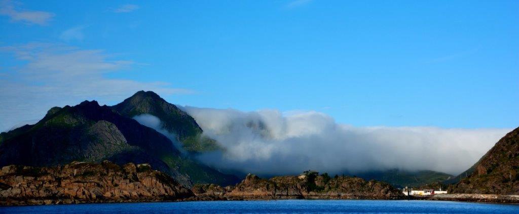 Wolken überrollen die Lofotenwand